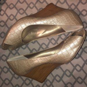 "💐Bandolino Reptile texture wood 3"" wedge heel"